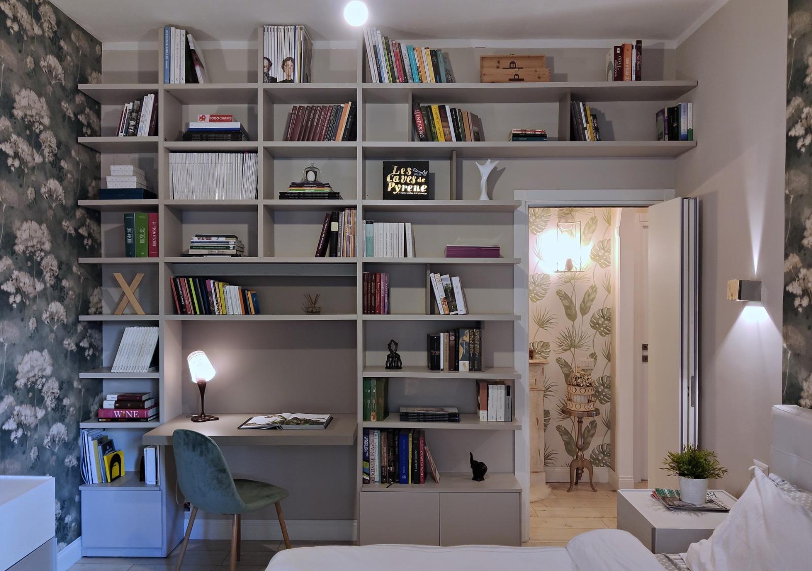 Libreria con scrivania su misura