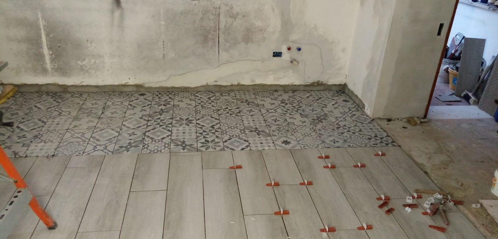 Lavori in corso per la posa delle cementine in cucina