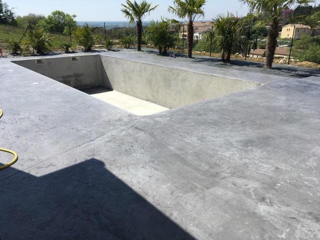 Plage de piscine en beton millimétrique