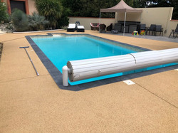 Plage de piscine en béton drainant