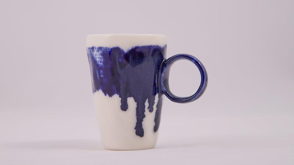espresso cieknącym kobaltem malowane