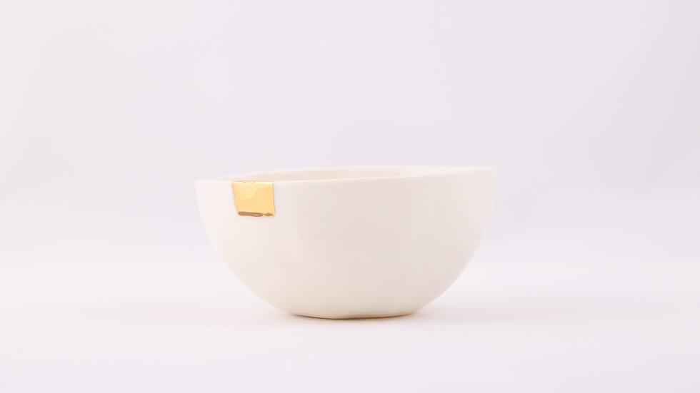 miska ozdobnym złotym kwadratem