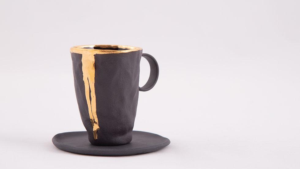 espresso z czarnej porcelany z cieknącym złotem w komplecie z talerzykiem