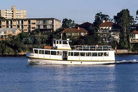 Brisbane Star cruises up the river
