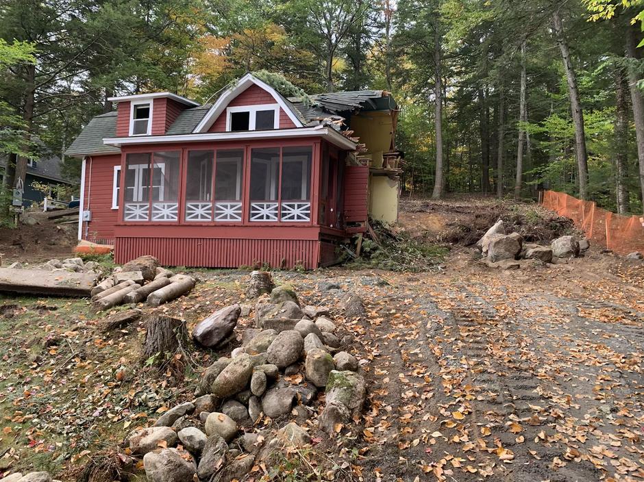 Cozy Lake Side Cottage.