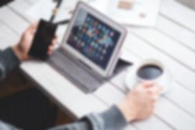Homme tablette smartphone café