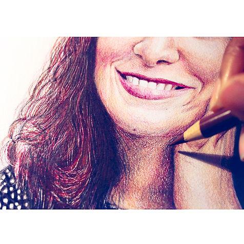 portrait femme sourire crayons de couleur