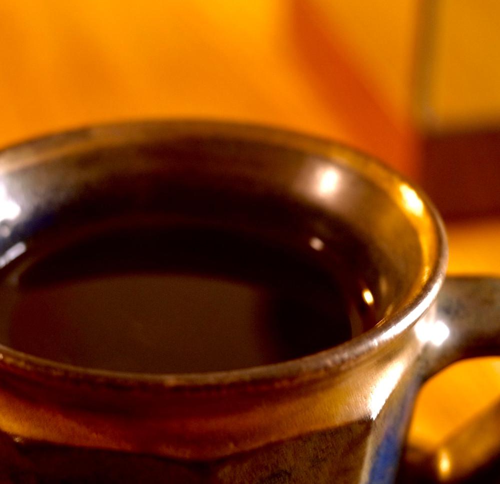 ライカレンズでコーヒータイム。岩井窯のコーヒーカップ。