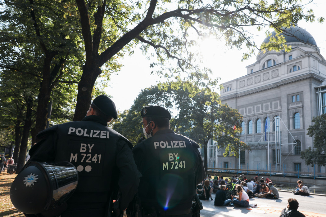 Two policemen are standing in front of the Bavarian State Chancellery.