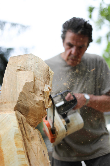 Sculptor Peter Kobierski works on wood as part of the 11th Germeringer Werktage.
