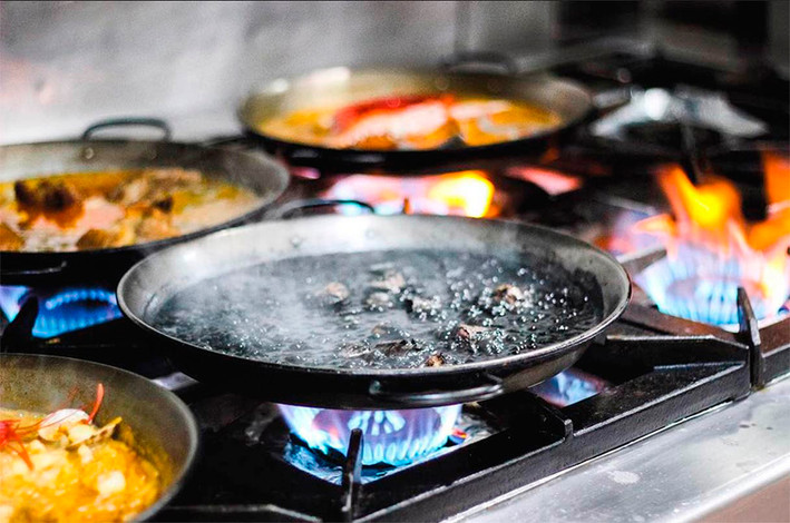 paella-negra-la-barraca-restaurante