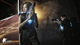 森林移動迷宮鐳射槍-沙漠場景: 戰士們手拿鐳射槍,準備向對手發出攻擊!