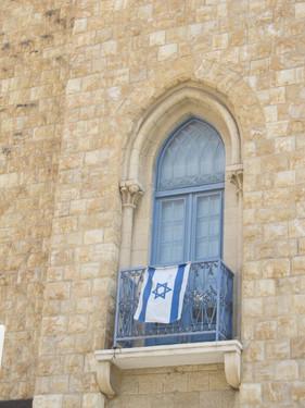 """חלון קשתי ועמודים """"יווניים"""" בבניין אפ""""ק בפינת הרחובות נתנזון וכיאט"""