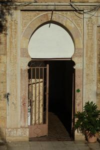 הכניסה לבניין מגורים ברחוב חברון, ללא ספק אחת הכניסות המרשימות