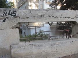 שילוב של פרט ברזל בחומה המקיפה את הבניין