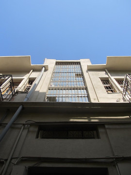 קיר זכוכית מלווה את חדר המדרגות