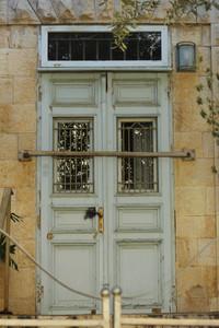 """דלת כניסה , גדר וחתול במתנ""""ס טבריה 15"""