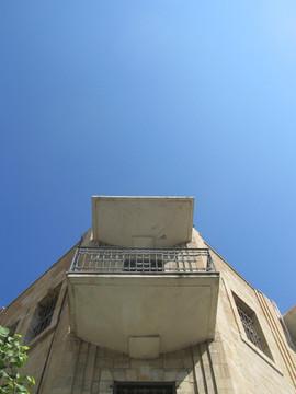 פרט בתחתית המרפסת במבנה בפינת הרחובות יפו והבנקים