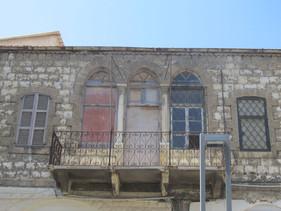 טריפורה - שלוש קשתות בחזית בית מגורים ערבי ברחוב נתנזון