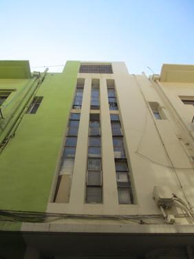 חלונות לאורך מדרגות מבנה בסגנון הבינלאומי באיזור הנמל