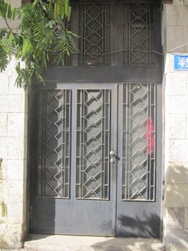 דלת כניסה ברחוב הבנקים