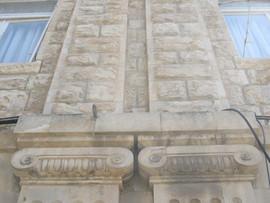 חזית עם אזכורים לעמודים מהסדר האיוני בחזית ברחוב יפו