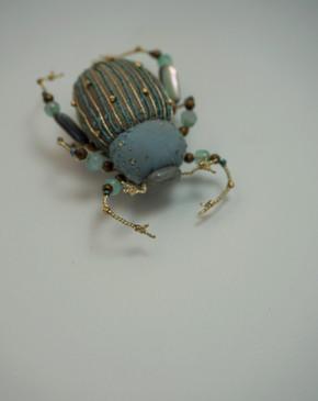 scarabé bleu clair et or