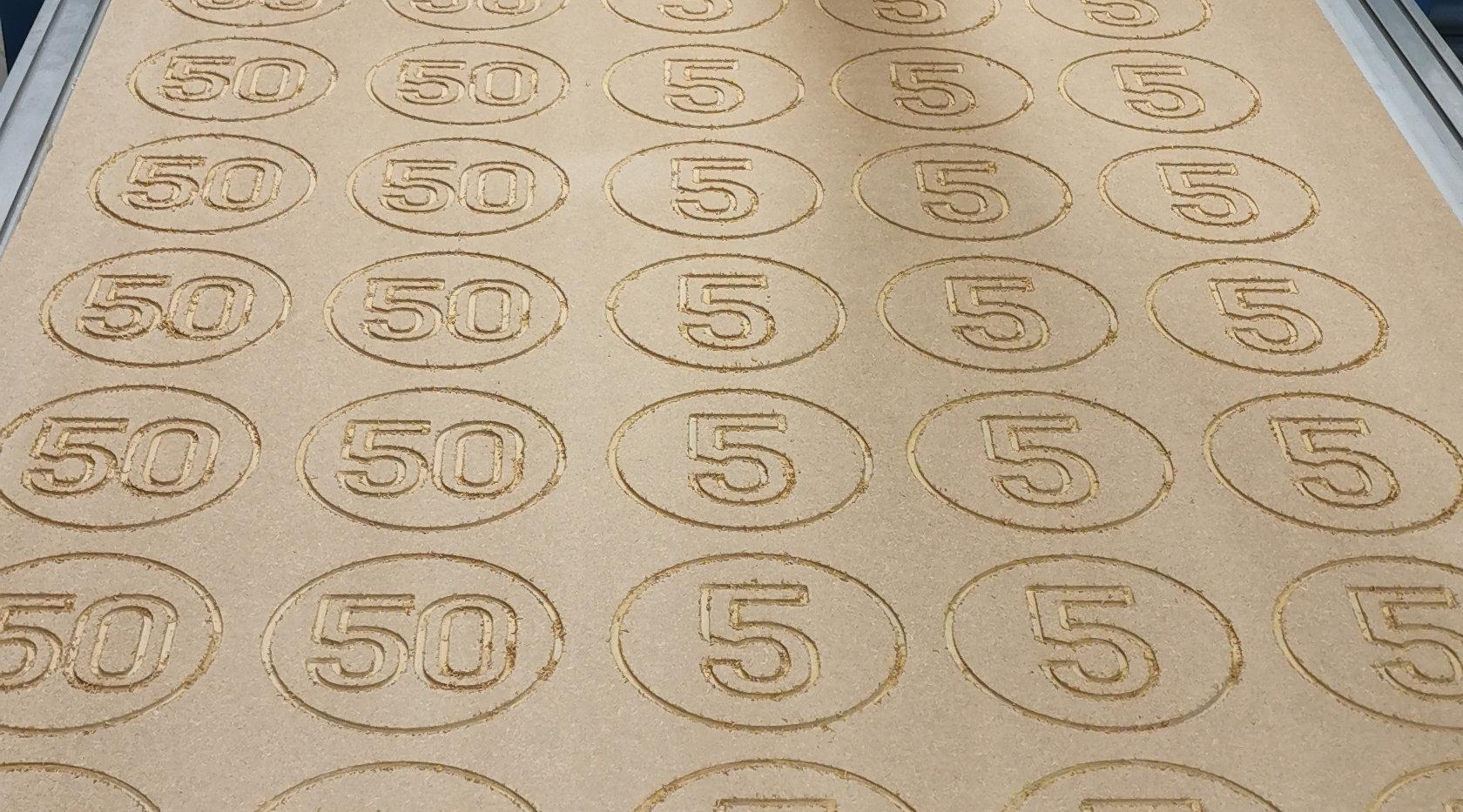 Houten munten in de maak