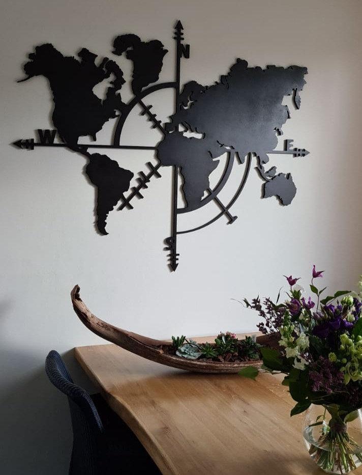 Wereldkaart met kompas voor aan de muur