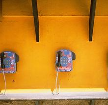 Münzfernsprecher auf gelb