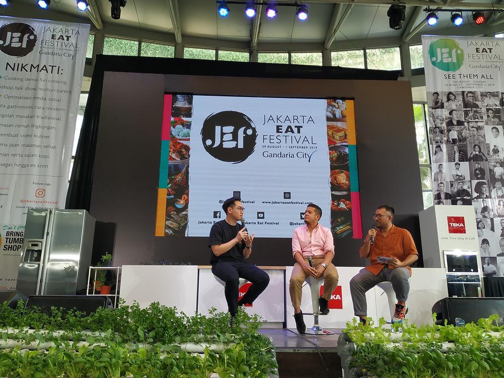 Tiga orang pembicara sedang duduk dalam satu panggung di Jakarta Eat FEstival
