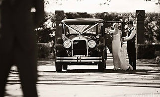 Timeless wedding photos with Vintage wedding car