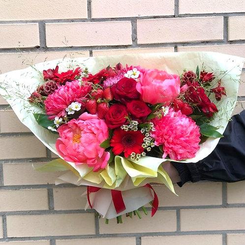 Пионы и клубника|Город Цветов| Москва и Московская область|Цветы с доставкой Макарова