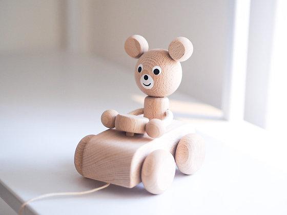 Medvěd v autíčku