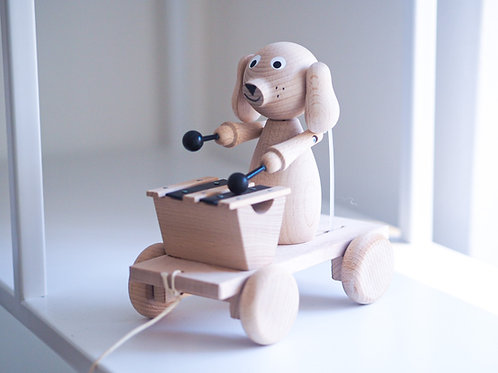 Pes s xylofonem