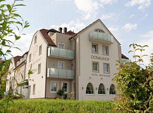 Donauhof aussen von Donau.jpg