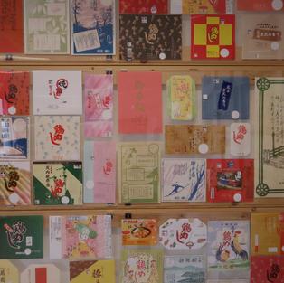 大館駅前の食事処「花善」。駅弁の掛紙が展示されている。