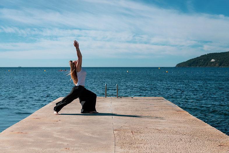 Claire Peltier pratiquant le yoga devant la mer