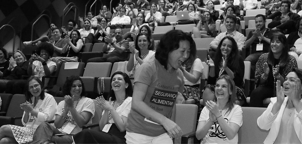 mulheres-em-um-auditorio-batendo-palmas-