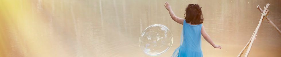 crianca-brincando-com-bolas-de-sabao.jpg