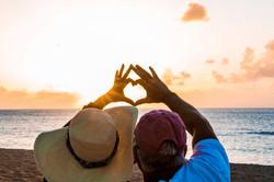 Hawaii Trip Planner | GeoLuxe Travel | couple making heart hands