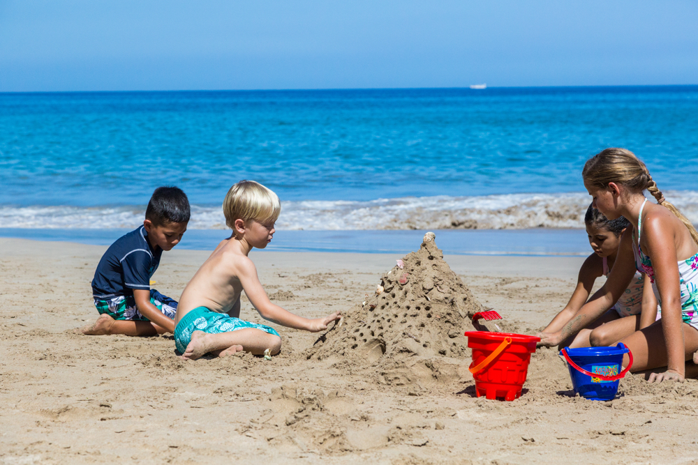 Hawaii Trip Planner | GeoLuxe Travel | children building sand castles