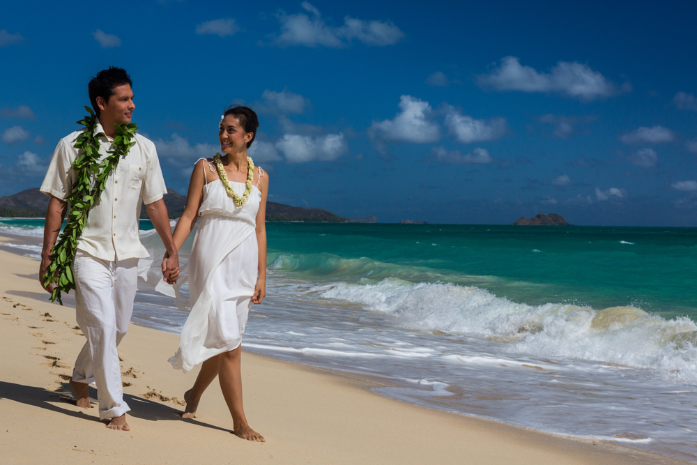 Hawaii Trip Planner | GeoLuxe Travel | couple walking on the beach