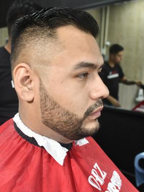 Corte desvanecido con delineado de barba y bigote