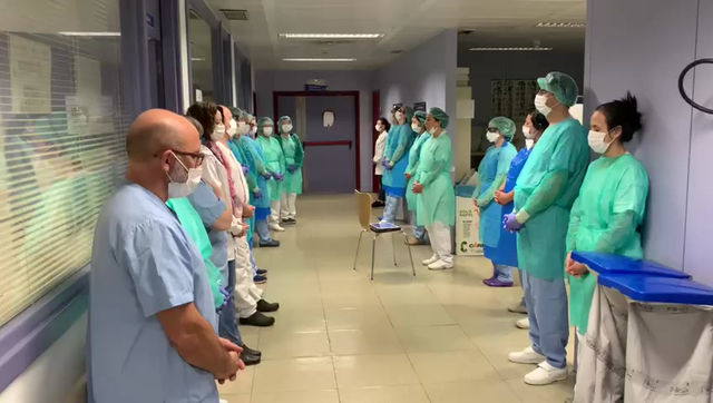 Sanitarios del Hospital de Alcorcón cantan mantras  antes de acometer su jornada