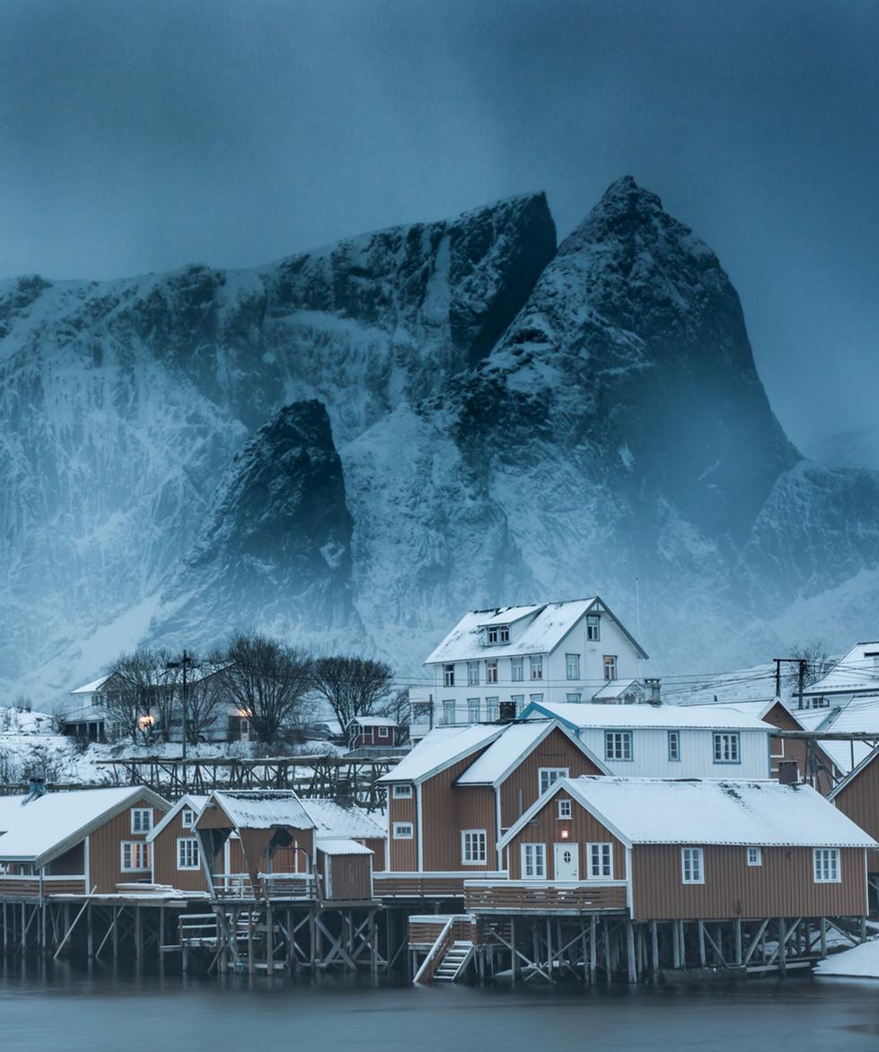 Rorbuer på Sakrisøy en kald vinterkveld.