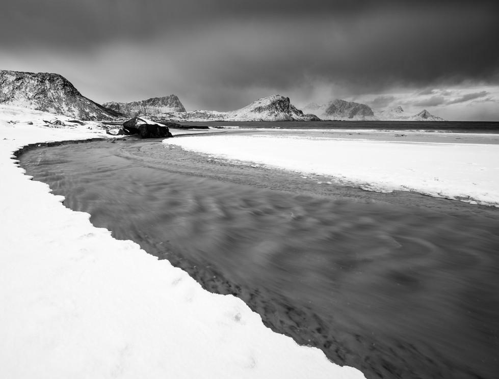 Snødekt strand på Haukland