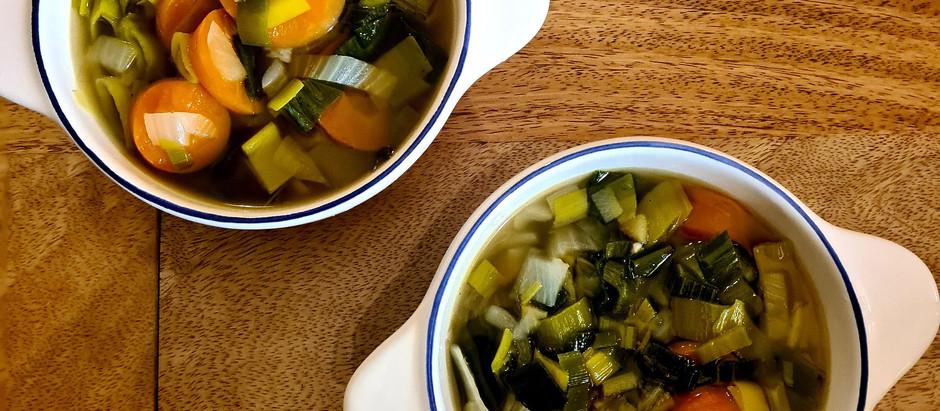 Bouillon de verts de poireaux, oignons et pommes de terre