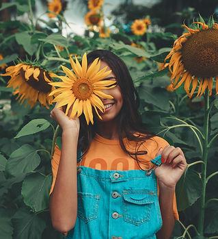 woman-holding-sunflower-2901913.jpg