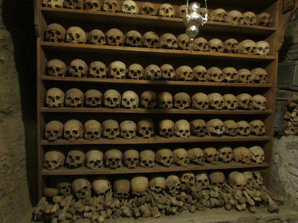 Cráneos de los monjes que fueron asesinados